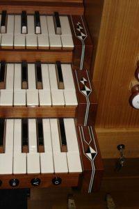 Spieltisch-Ausschnitt-Goll-Orgel-768x1024